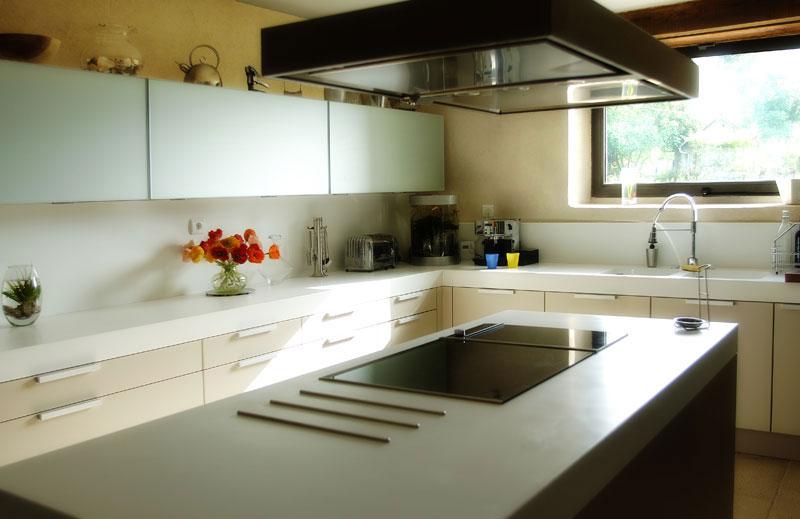 Application de l'enduit argile dans une cuisine