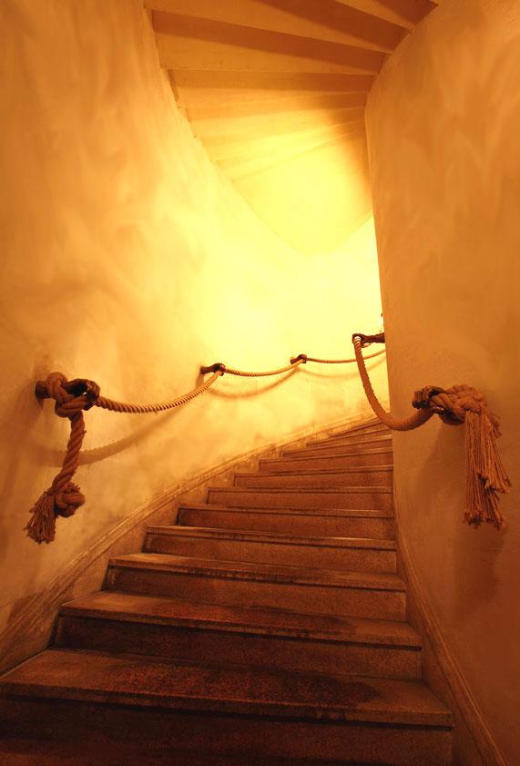 Enduit argile sur murs d'une montée d'escaliers