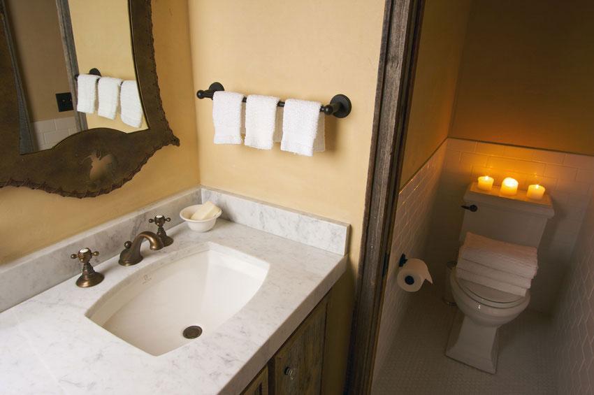 Application de l'enduit mural à l'argile dans une salle de bain avec wc